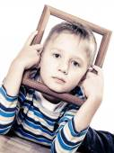 Boy framing his face — Stockfoto