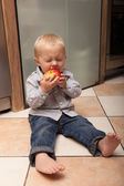Lilla pojken äta äpple — Stockfoto