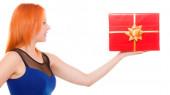 Meisje houden doos van de gift — Stockfoto