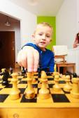 Garçon jouant aux échecs — Photo