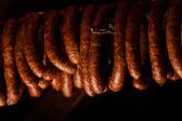 Wędzone sausuages w wędzarni. — Zdjęcie stockowe