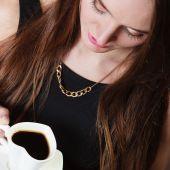 Femme qui boit du café — Photo