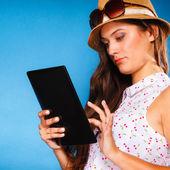 Ragazza utilizzando computer tablet — Foto Stock