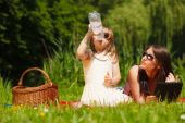 Mother and girl having picnic — Stockfoto