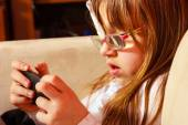 Girl  in glasses playing games — Stock Photo