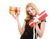 Flicka håller presentförpackning — Stockfoto