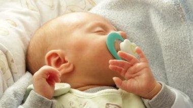 Küçük yeni doğan bebek uyku — Stok video