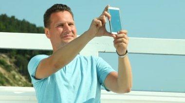 Man tar selfie med smartphone — Stockvideo
