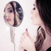 Beautiful woman Applying make up — Stock Photo