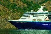 Turizm ve seyahat. cruise gemi Norveç Fiyordu üzerinde. — Stok fotoğraf