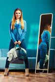 Женщина, смотрящая в зеркале — Стоковое фото