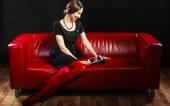 Kobieta siedząca z tabletem — Zdjęcie stockowe