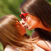 娘を与える母親のキス. — ストック写真