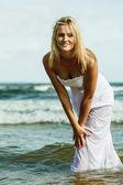 歩いて白いドレスの女の子 — ストック写真