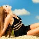 Girl relaxing on the sea coast — Stock Photo #73245335