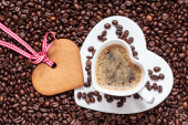 Heart shaped cup and cookie — Stock Photo