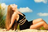 Girl relaxing on the sea coast — Stock Photo