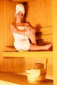 Mulher, relaxante na sauna de madeira — Fotografia Stock