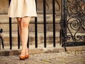 Moda. Pernas femininas em elegantes sapatos ao ar livre — Fotografia Stock