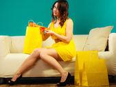 Chica en vestido de verano sentado — Foto de Stock