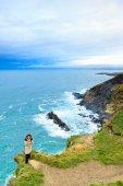 Rock cliff üzerinde duran kadın — Stok fotoğraf