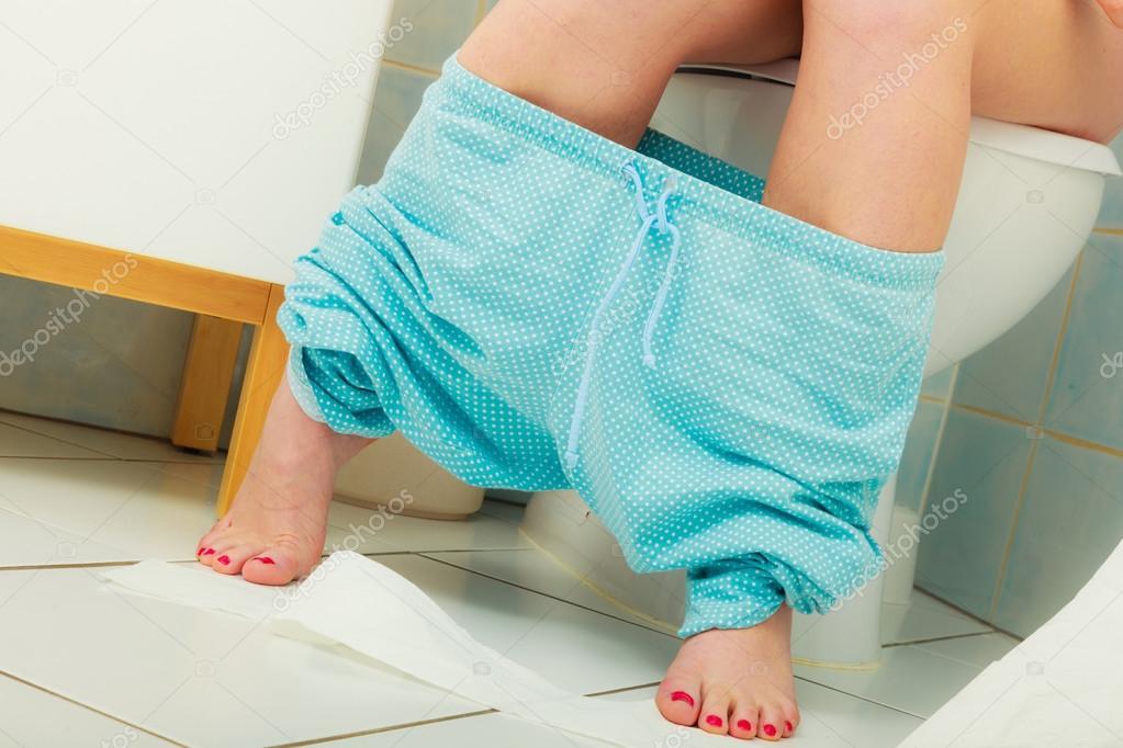 女人坐在厕所里的早晨 图库照片 169 Voyagerix#78655706
