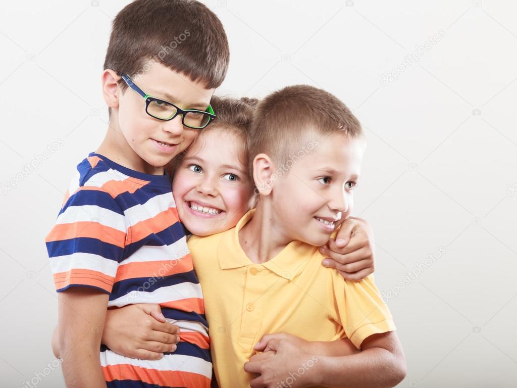 malé dívky Portrét šťastné usmívající se sladké roztomilý děti holčička a kluci ve studiu. Dětství štěstí— Fotografie od Voyagerix