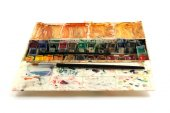 Pinturas de acuarela sucios conjunto con cepillos después de usar — Foto de Stock