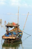 Small Fishing Boat with Traditional Fishing Tools, Thailand — Stockfoto