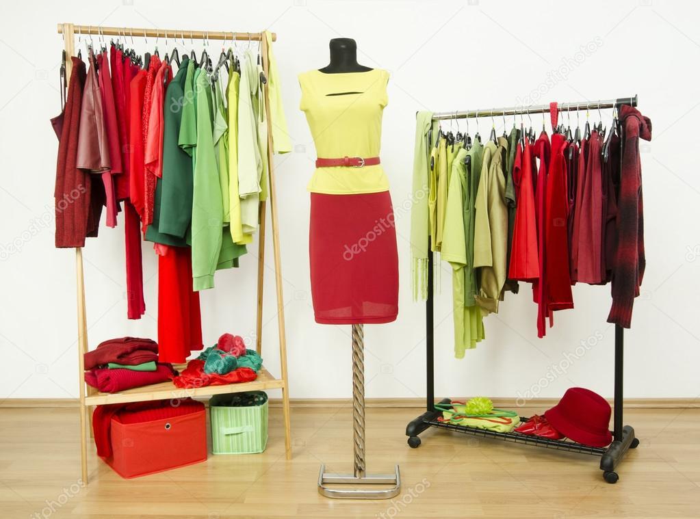 armario completo de todos los matices de verde y roja de ropa y accesorios u foto de luanateutzi