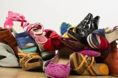 Close up on big pile of colorful woman shoes. — Foto de Stock