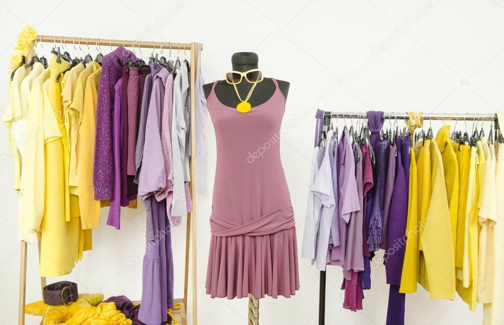 placard de s 39 habiller avec des v tements de couleurs compl mentaires violet et jaune photo. Black Bedroom Furniture Sets. Home Design Ideas