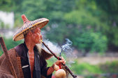Chinese old fisherman smoking — Stock Photo
