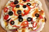 Ev vejeteryan margarita pizza masanın üzerine yapılan — Stok fotoğraf