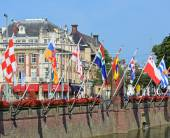 Historical centre of Hague near lake Hofvijver with flags of provinces, Netherlands. — Stock Photo