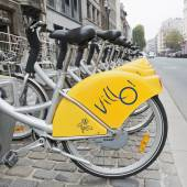 Bicycles of self-service Villo for rent in a popular area of Brussels — Stock Photo