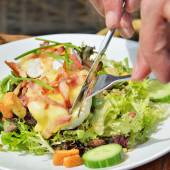 Eating a salad with hot goat cheese — Fotografia Stock