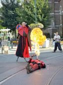 Street actor demonstrates fire-breathing — Stock Photo