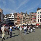 Ludzie tłoczyli się plac z przodu z katedry Matki Boskiej w Antwerpii, Belgia — Zdjęcie stockowe