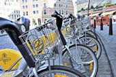 Yellow bicycles of self-service Villo for rent in historical center of Brussels, Belgium — Foto de Stock