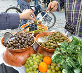 Tourist tastes artisan olives — Stock Photo