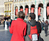 Foreign tourists looking at architecture of Grand Place in Brussels — Stock Photo