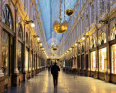 People traversing decorated for Christmas Royal Galleries Saint Hubert in Brussels — Stock Photo