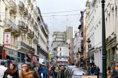 People arrive to Winter Wonders Market in Brussels by Saint Catherine street. Brussels, Belgium — Stock Photo