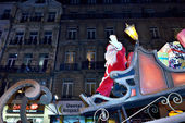 Saint Nicholas greets public during Christmas Parade defile — Stock Photo