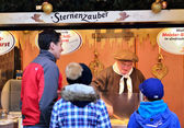 Tourists waiting for preparation of Christmas traditional dishes on Christmas market in Berlin — Fotografia Stock