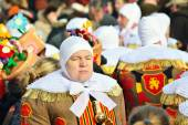 Gilles De Binche in traditional costumes cross the crowds during carnival in Nivelles. — Stock Photo