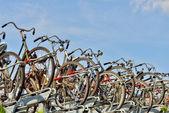 Велосипеды, припаркованные на улице в современный центр Гаага — Стоковое фото