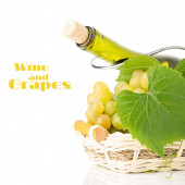 Cluster of grapes in wicker basket with wine bottle behind it — Stock Photo
