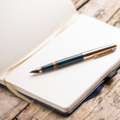 Opened blank notebook with elegant fountain pen — Foto de Stock